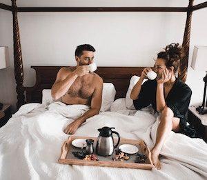 Pärchen beim Frühstücken im Bett