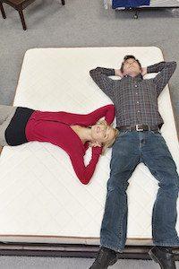 Pärchen testet eine neue Matratze